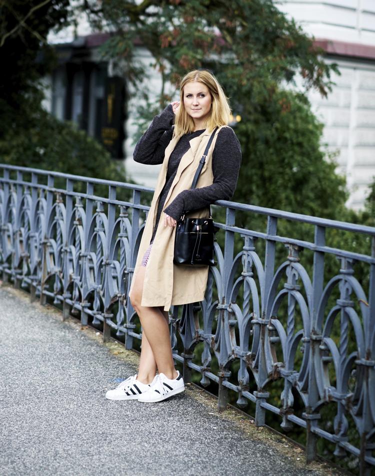 outfit-longweste-beige-bucket-bag