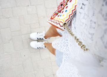 outfit-weisse-spitze-bunte-tasche