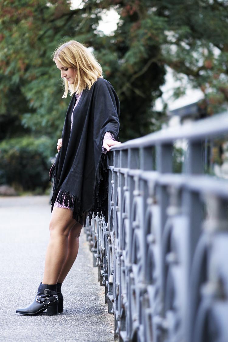 streetstyle-fransencape-schwarz