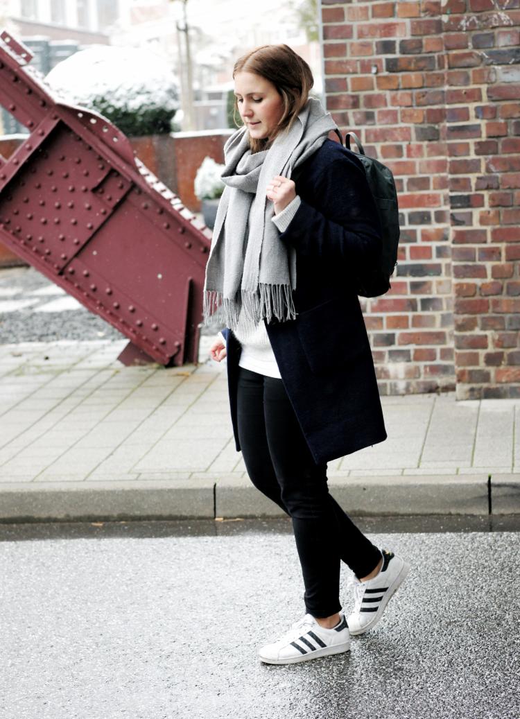 streetstyle-dunkelblau-mantel-fjaellraeven-rucksack