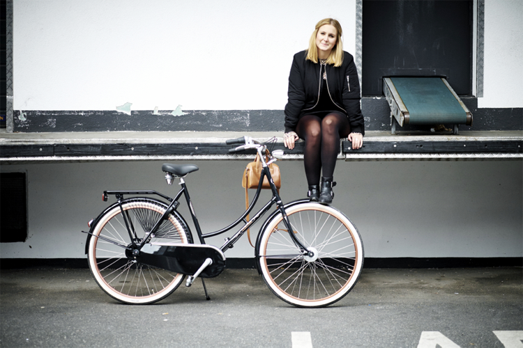 Streestyle sitting girl bike