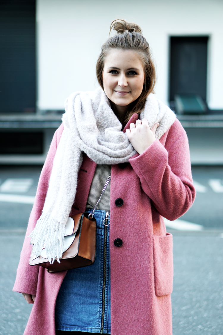 Outfit mit pinkem Mantel Jeansrock