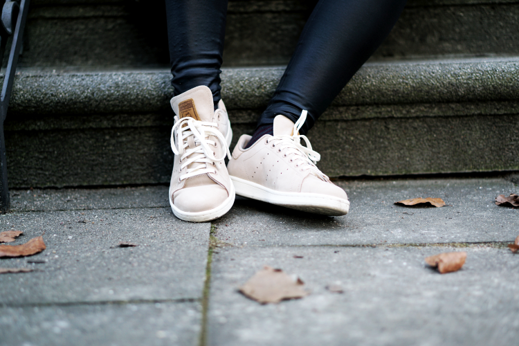 Streetstyle Adidas Stan Smith Beige Outfit