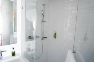 Hotel Wien Badezimmer clean weiß