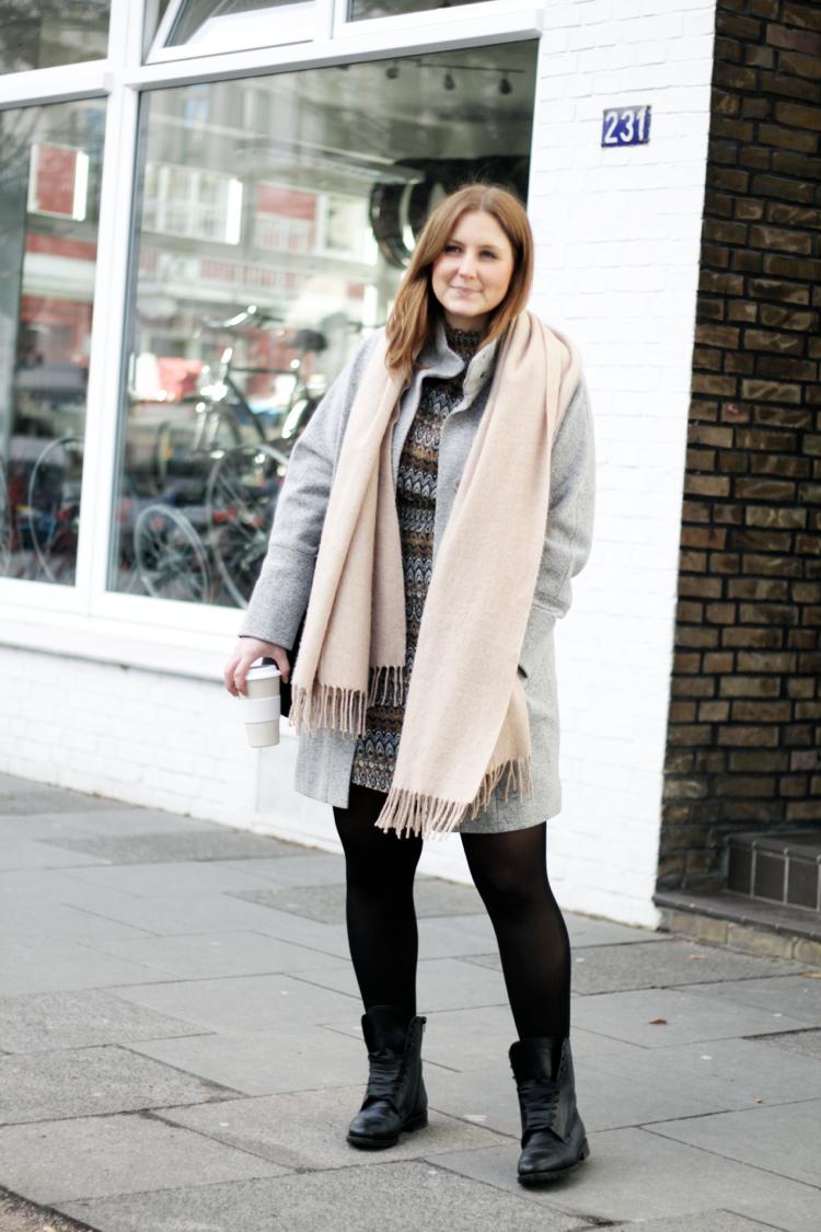 Streetstyle Outfit mit hellgrauem Mantel beige Schal