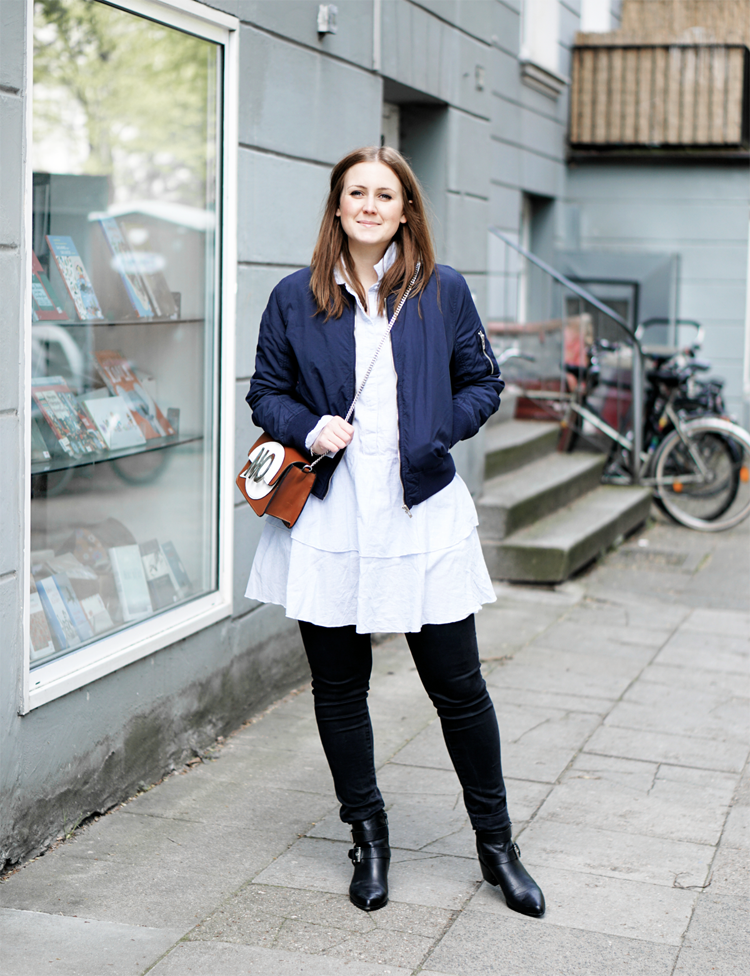 Outfit mit Bomberjacke Longbluse Ankle Boots