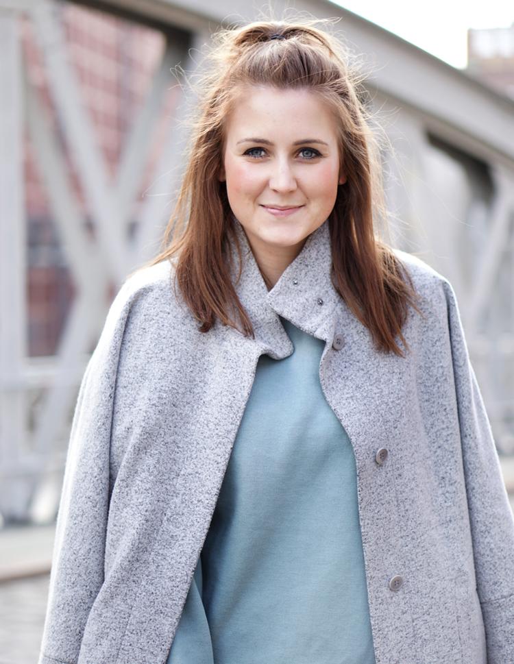 Outfit mit grauem Mantel