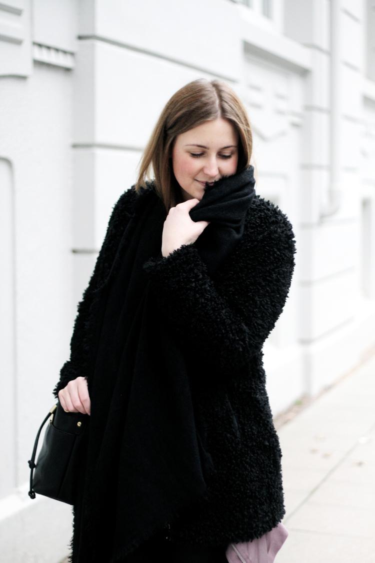 Outfit mit schwarzer Kuscheljacke