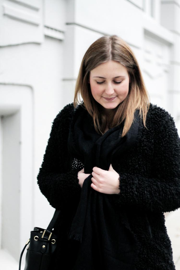 Outfit mit schwarzer Teddyjacke