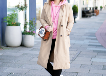 Outfit mit Trenchcoat pinkem Hoodie