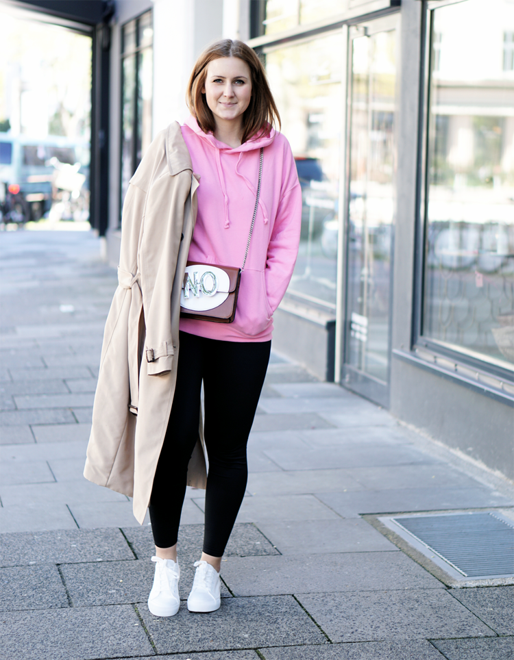 Outfit mit pinkem Kapuzenpullover Trenchcoat