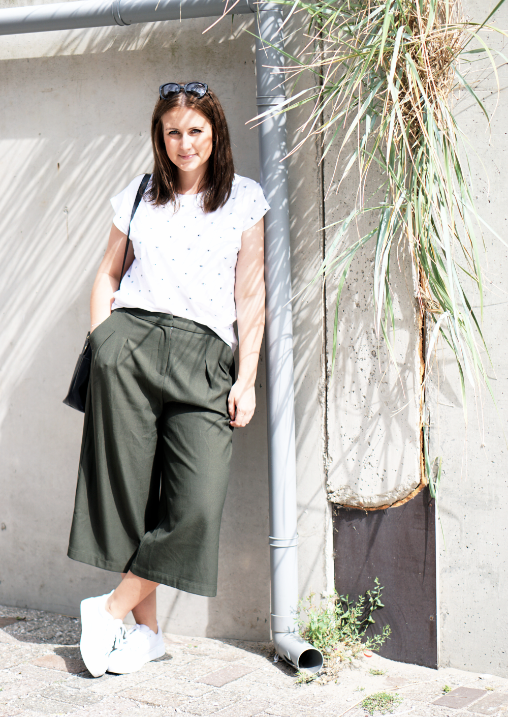 Outfit Culottes weißes T-Shirt