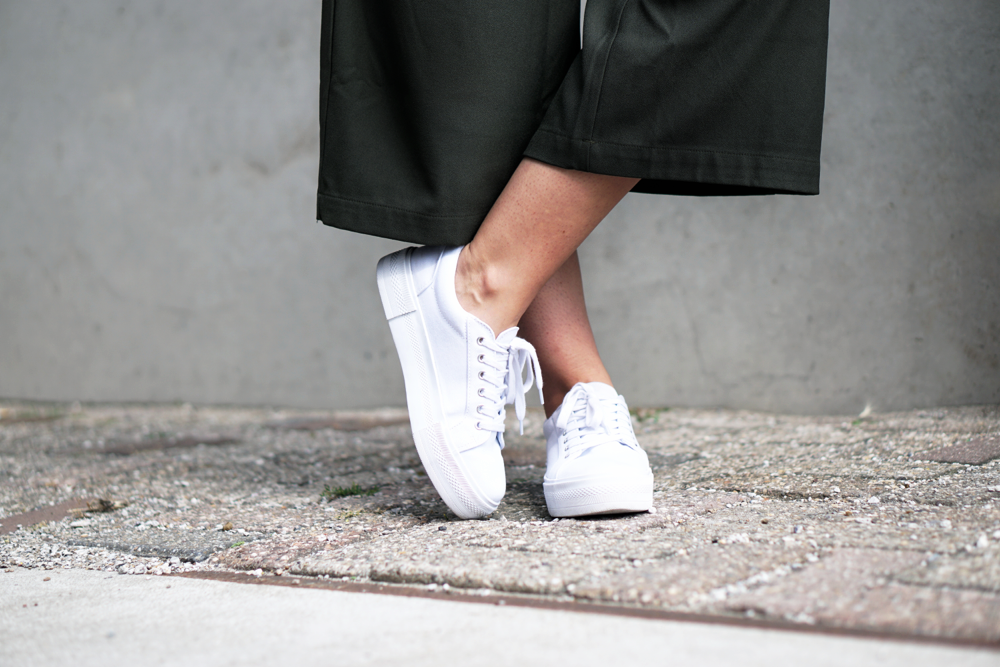 Sommeroutfit weiße Turnschuhe Culottes Flatforms