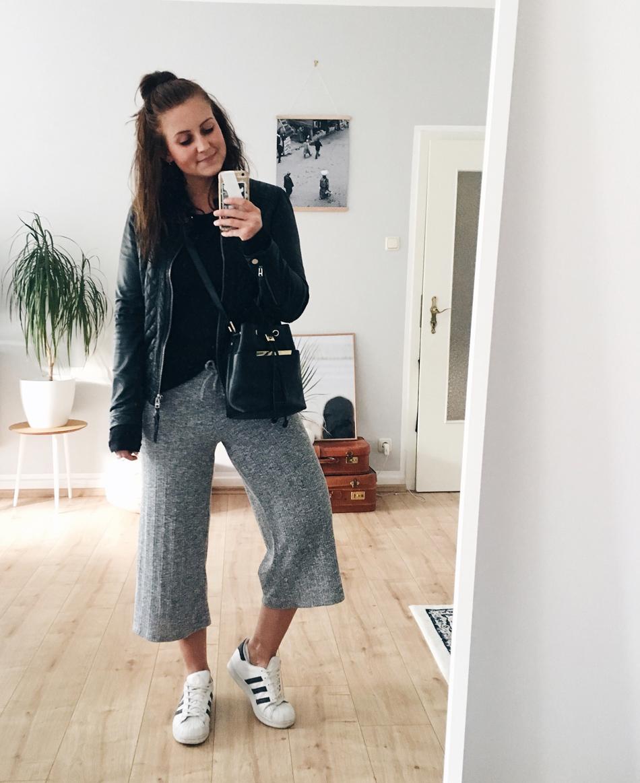 Outfit mit schwarzer Lederjacke